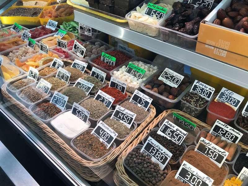 リガの市場で売られているスパイス