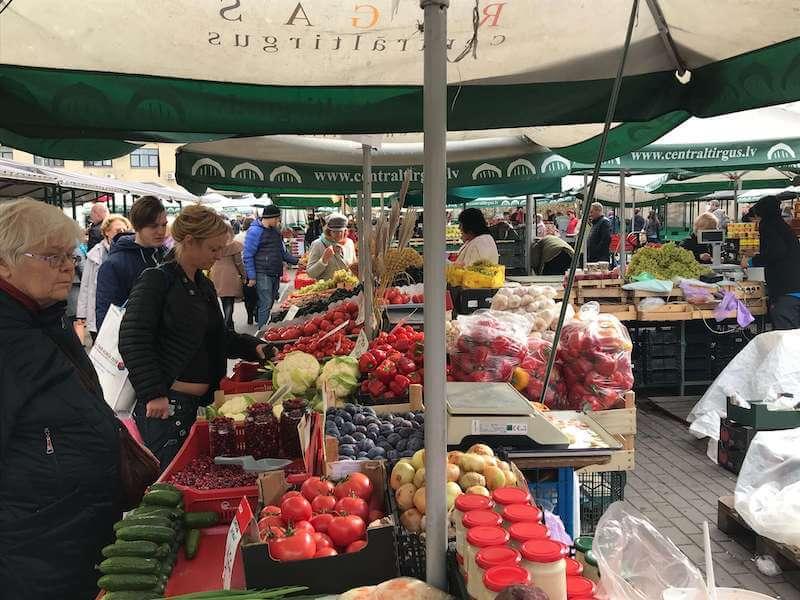 リガの市場で売られている青果