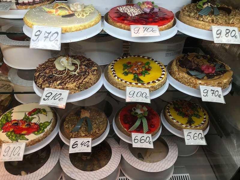 リガの市場で売られているケーキ