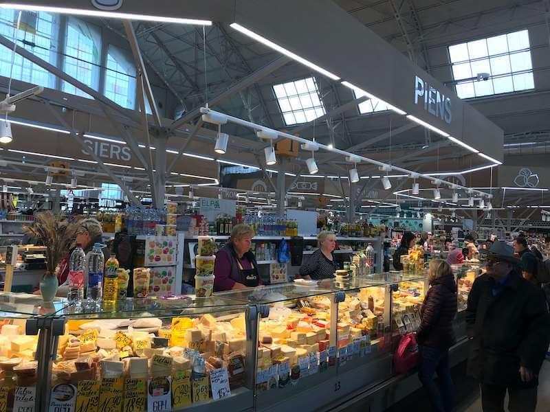 リガの市場で売られているチーズ