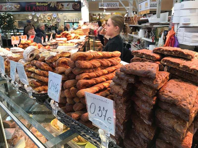 リガの市場で売られているパン