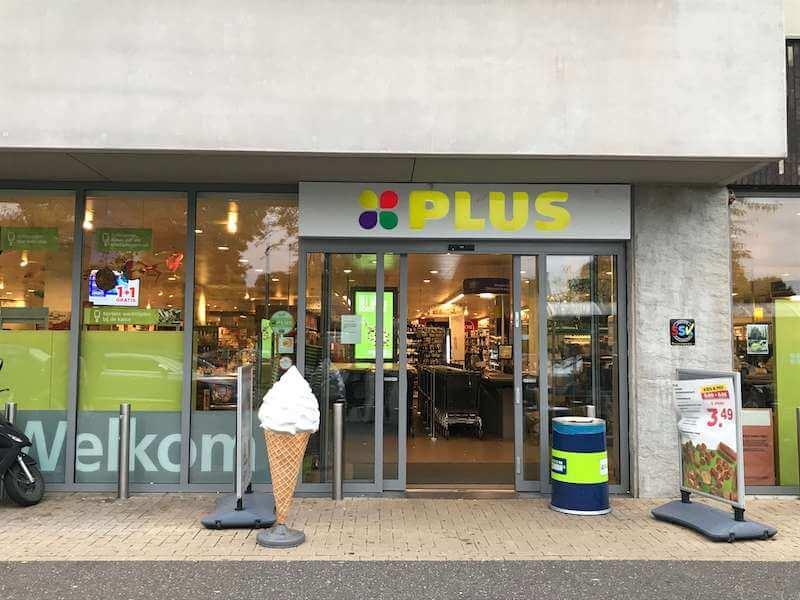 オランダのスーパーでは、コーヒーでも飲んでゆっくりして行ってください。