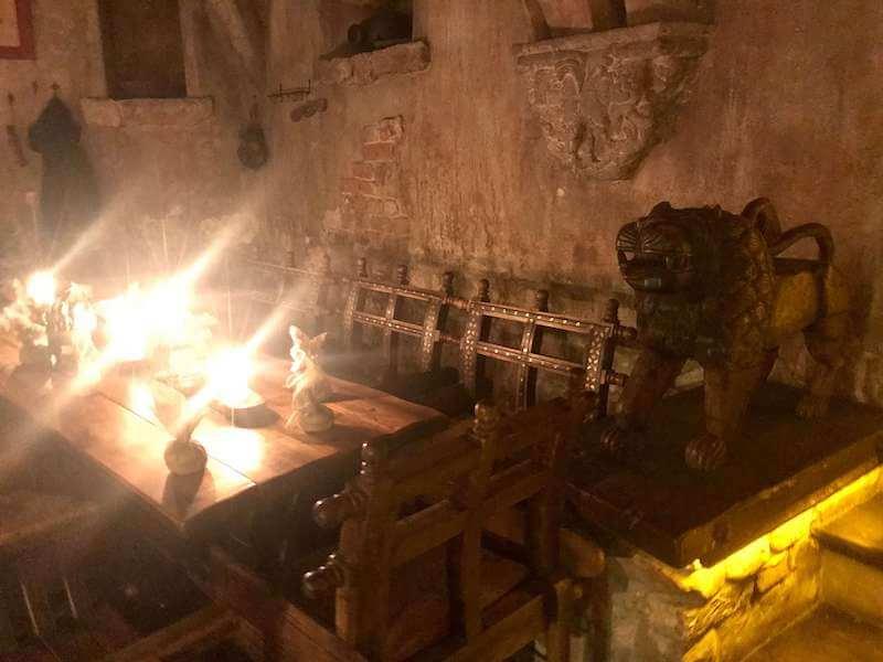ラトビア・リガ夜のお勧めレストランで中世にタイムスリップ。ローゼングラルス店内