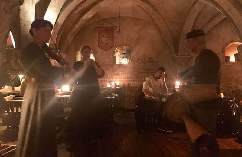 ローゼングラルス リガの中世レストランで生演奏