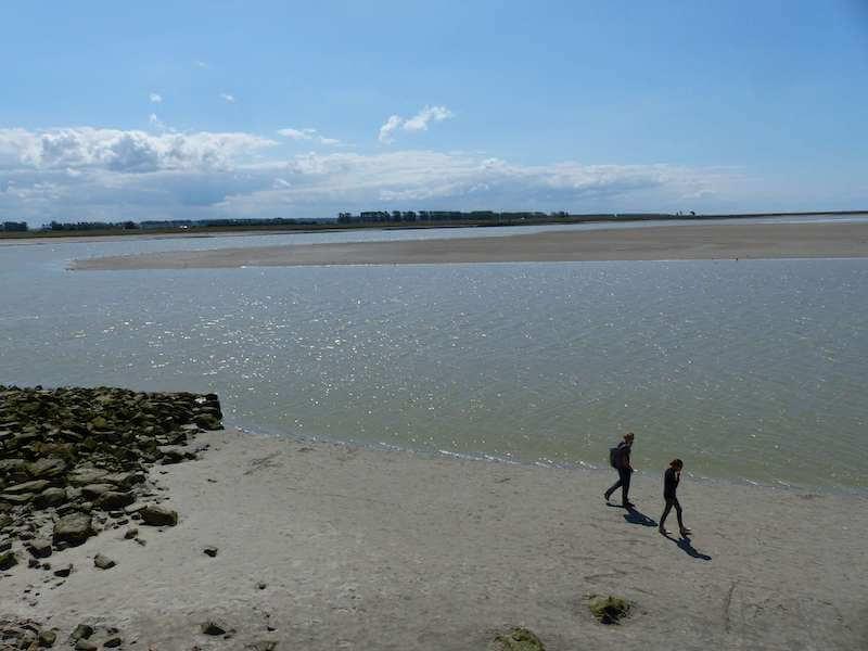 モンサンミッシェル 干潮時に島の周囲を歩く人たち