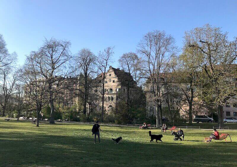ドイツバイエルン州のコロナによる外出規制中の公園の様子